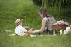 Moder och barn som utomhus spelar Royaltyfria Bilder