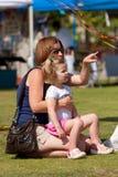 Moder- och barndotterShareögonblick på festivalen royaltyfri bild