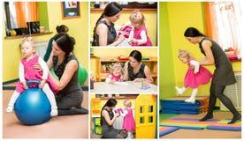 Moder- och barnflicka som spelar i dagis i den Montessori förträningen royaltyfri fotografi