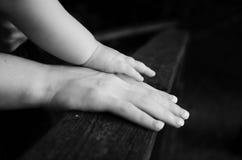 Moder- och barnhänder Arkivfoto