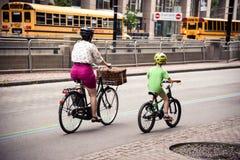 Moder- och barnridningen cyklar i den Toronto staden arkivfoton