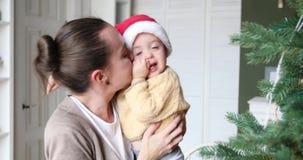 Moder- och barnskratt på julgranen arkivfilmer