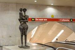 Moder- och barnskulpturKossuth tunnelbana royaltyfri fotografi