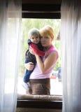 Moder- och barnstående Arkivfoto