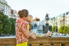 Moder- och barnturister med kameran som tar fotoet i Prague Arkivfoto