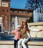 Moder- och barnturister nära Sforza rockerar att ha rolig tid Fotografering för Bildbyråer