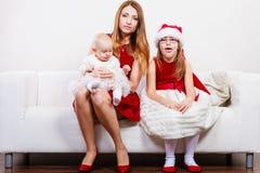 Moder och döttrar i juldräkt royaltyfri foto