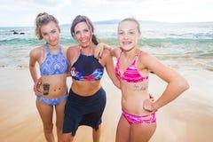 Moder och döttrar på stranden royaltyfri bild