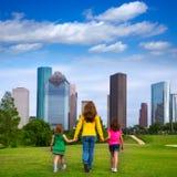 Moder och döttrar som går rymma händer på stadshorisont arkivbilder