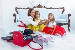 Moder och döttrar som gör makeup Fotografering för Bildbyråer