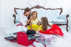 Moder och döttrar som gör makeup Arkivbild