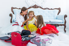 Moder och döttrar som gör makeup Royaltyfri Fotografi