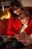 Moder och Daughte som läser en bok Royaltyfria Bilder