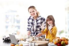 Moder och daugther som tillsammans bakar Royaltyfria Bilder