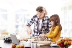 Moder och daugther som tillsammans bakar Arkivfoto