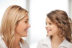 Moder och dotter royaltyfri fotografi