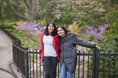 Moder och dotter royaltyfria bilder