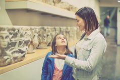 Moder och dotter angående klassiska basreliefer Arkivbilder