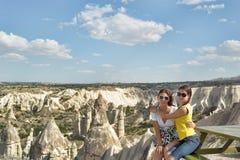 Moder och dotter i Cappadocia royaltyfri bild