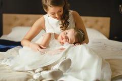 Moder och dotter i de samma bröllopsklänningarna Royaltyfri Fotografi