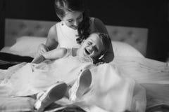 Moder och dotter i de samma bröllopsklänningarna Arkivbilder
