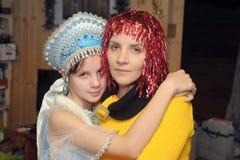 Moder och dotter i det nya året royaltyfria bilder