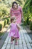 Moder och dotter i en parkera Royaltyfria Foton