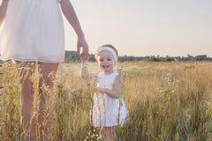 Moder och dotter i fält Arkivfoton