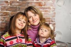Moder och dotter i färgrika stack tröjor royaltyfri foto