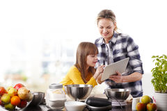 Moder och dotter i kök Royaltyfri Bild