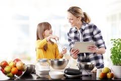 Moder och dotter i kök Royaltyfri Foto