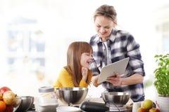 Moder och dotter i kök Arkivbilder