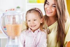 Moder och dotter i köket Arkivbild