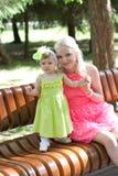 Moder och dotter i ljusa klänningar Royaltyfria Foton