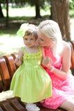 Moder och dotter i ljusa klänningar Arkivfoton