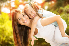 Moder och dotter i naturen Royaltyfria Bilder