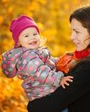 Moder och dotter i parken Royaltyfri Bild