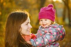 Moder och dotter i parken Arkivfoto