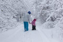 Moder och dotter i snowen Royaltyfri Bild