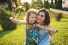 Moder och dotter i solljus Royaltyfria Foton
