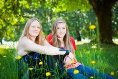 Moder och dotter i sommarnatur Fotografering för Bildbyråer