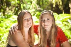 Moder och dotter i sommarskog Arkivfoton