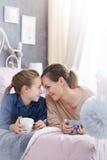 Moder och dotter i sovrum Royaltyfria Bilder
