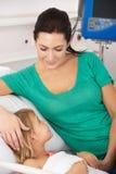 Moder och dotter i UK-olycka och nödläge Arkivbild