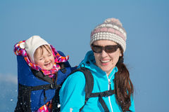 Moder och dotter i vintersemester royaltyfria bilder