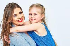 Moder och dotter isolerad stående Royaltyfria Bilder