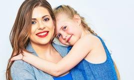 Moder och dotter isolerad stående Royaltyfri Bild
