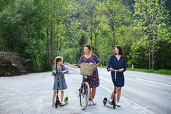 Moder och dotter med cykeln Arkivfoto