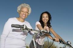 Moder och dotter med cyklar arkivfoto