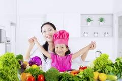 Moder och dotter med den sunda grönsaken Royaltyfri Fotografi